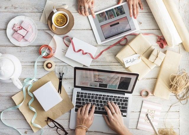Praca na laptopie w małym biurze