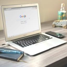 Laptop ze stroną główną Google