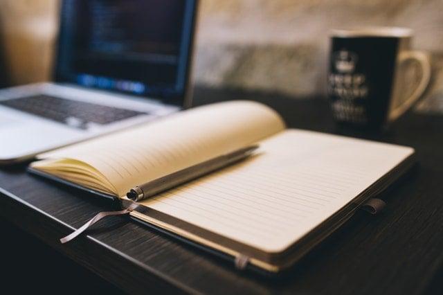 książka i laptop na biurki