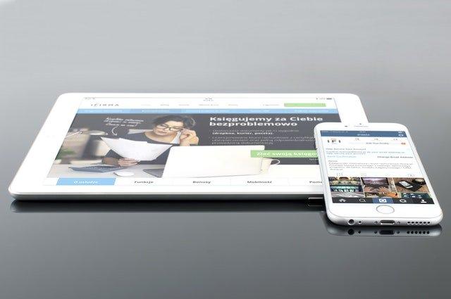 tablet i telefon wyświetlający stronę internetową dostosowaną do urządzeń przenośnych